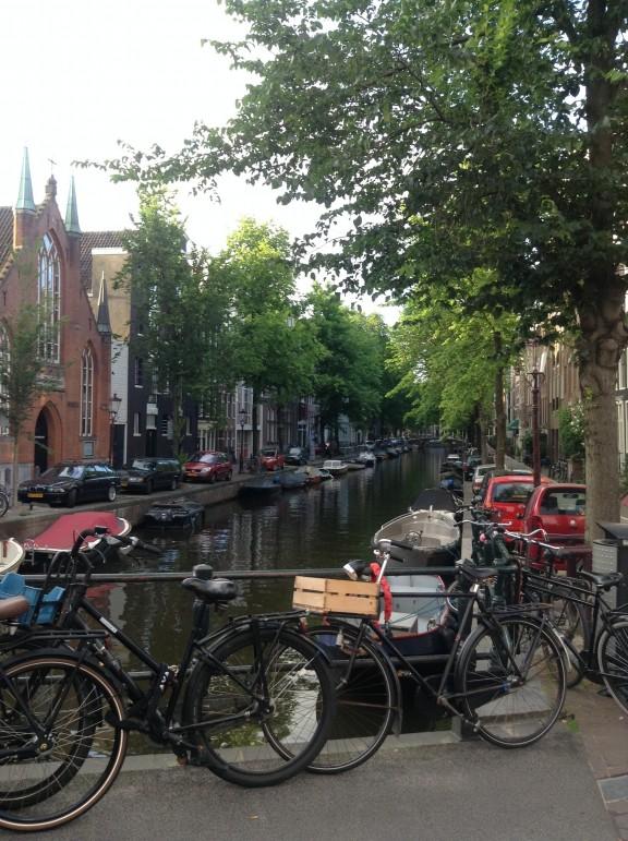 Bicis y canales, la postal de Amsterdam