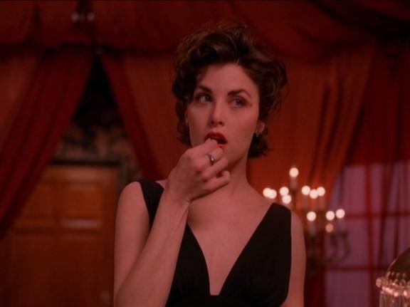 Audrey Horn (Sherilyn Fenn) seduciendo con una simple cereza.