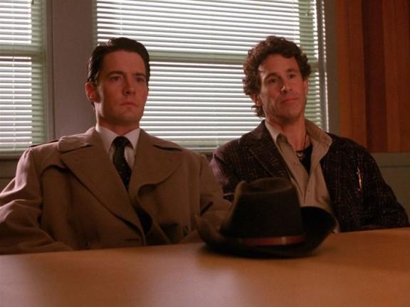 Cooper y Truman durante un interrogatorio.