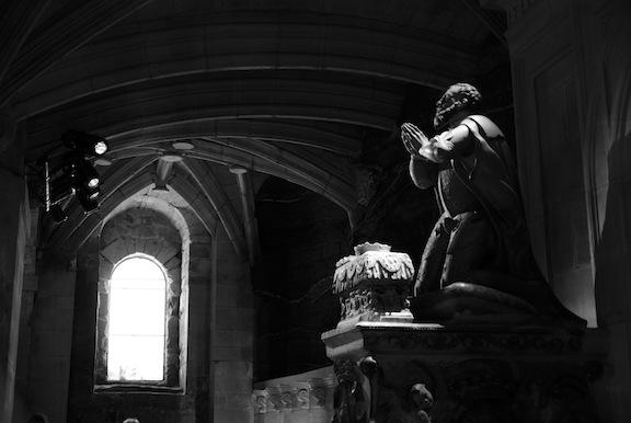 Figura orante en el Panteón Real
