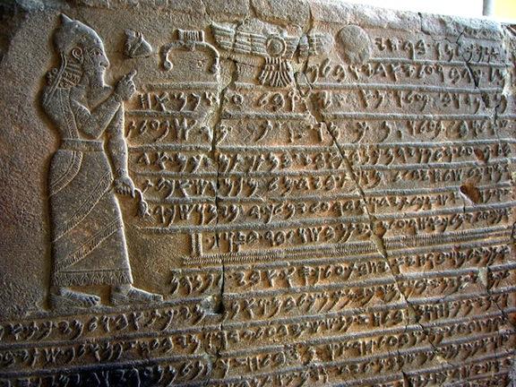 Texto hitita en piedra