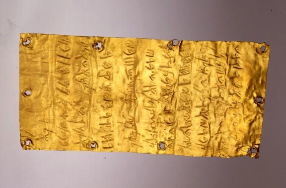 Lámina-de-oro-con-inscripciones-e1386340132915